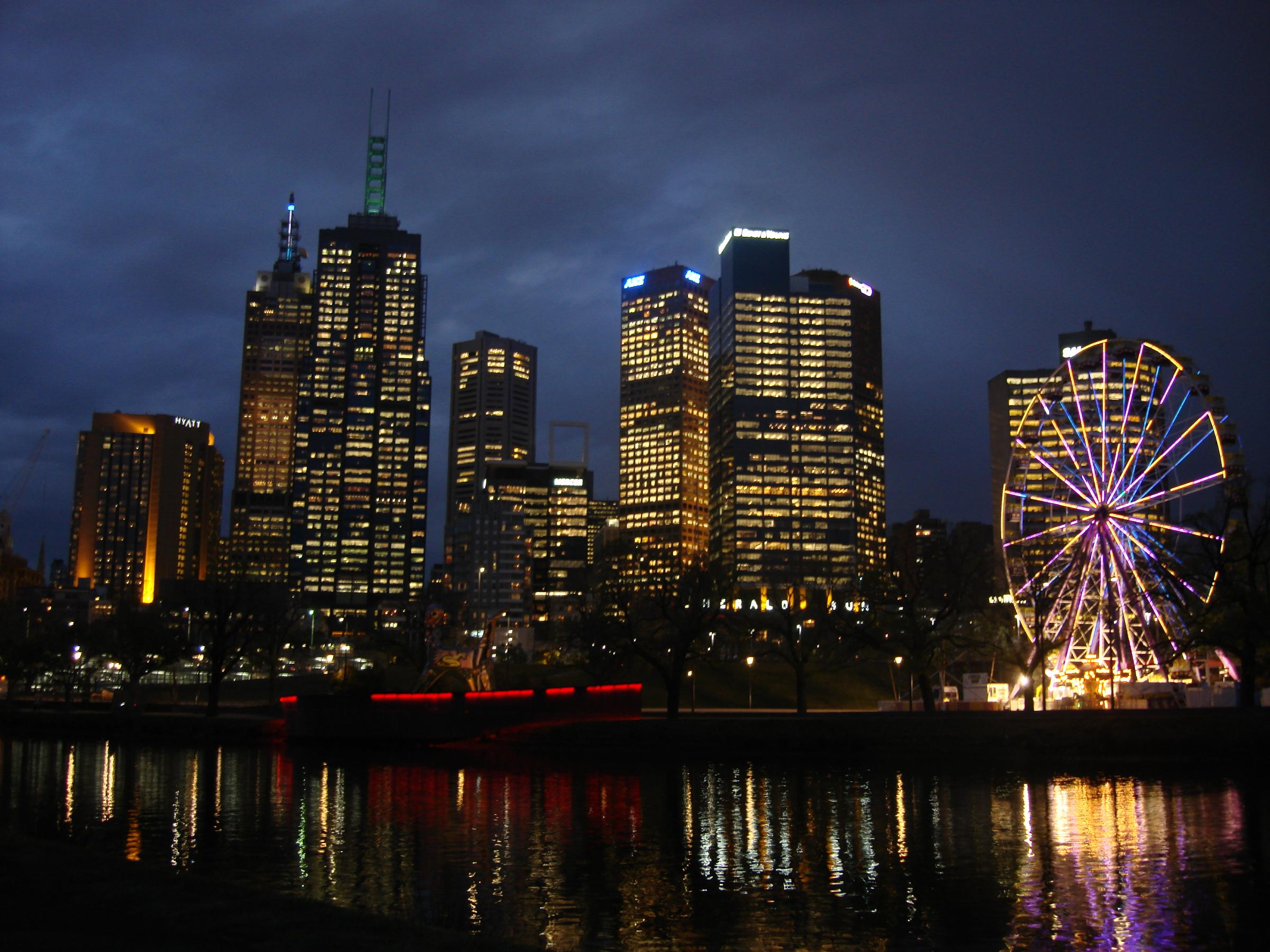 Melbourne_CBD_and_the_Yarra_river_at_dusk_-_Australia